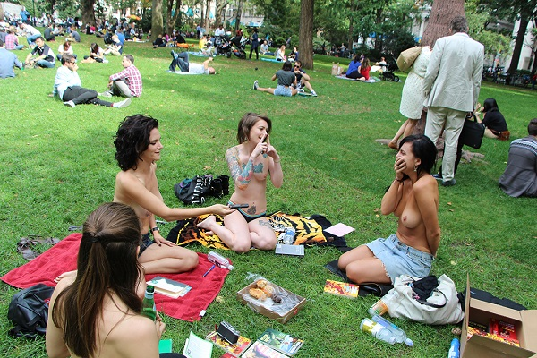 club de lectura en topless